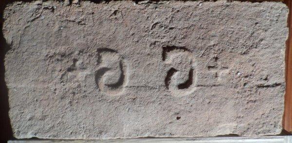 + G G + - Nalezená na skládce u Novosedel. Rozměr 29x14,5x7. (1)