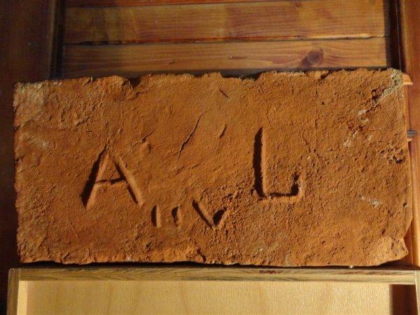 A L vii - Místo nálezu Hrádek. Rozměr 29,5x15x7.