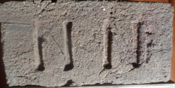 N N - nalezena na skládce v Pohořelicích. Rozměr 29,5x15x6,5.