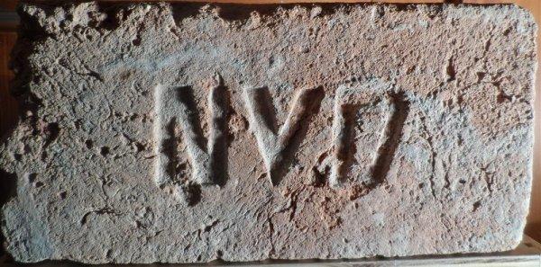 N V D - cihla nalezena v Novosodlech. Rozměr 28x14x7.