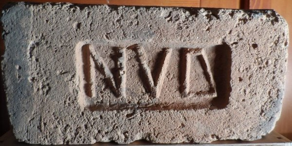 N V D - cihla nalezena v Novosodlech. Rozměr 28x13,5x7,5.