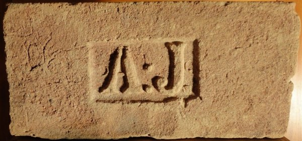 A J - Získáná výměnou od pána z Březí. Rozměr 31x14,5x7.