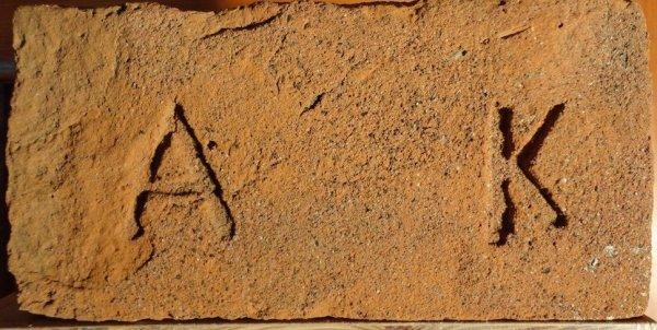 A K - Místo nálezu skládka u Žabčic. Rozměr 28x14x7.