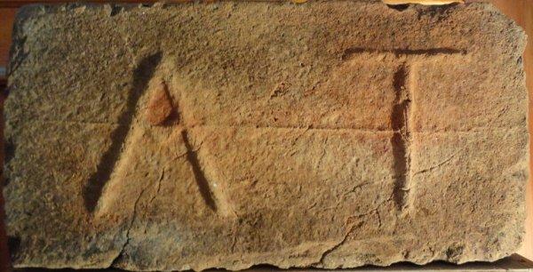 A T - Místo nálezu Hnánice,ruina byvalého mlýnu Papírna. Rozměr 30x15x7.