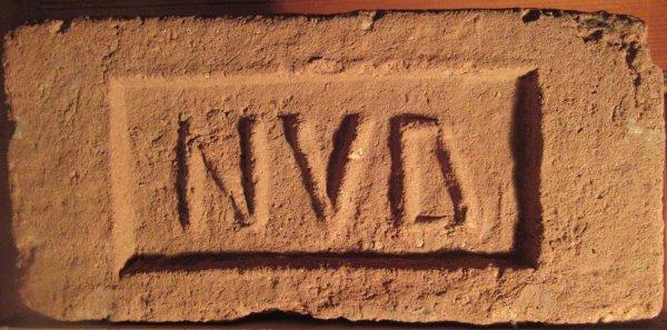NVD - místo nálezu Drnholec. Cihla pochází z cihelny Tereziánské nadace v Drnholci. Rozměr 28,5x13,5x7.
