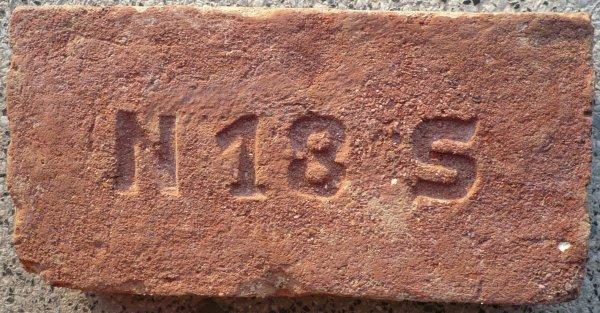 N 18 S - místo nálezu -demolice domu Na Spravedlnosti, Pardubice. Rozměr 29x14x6,5.