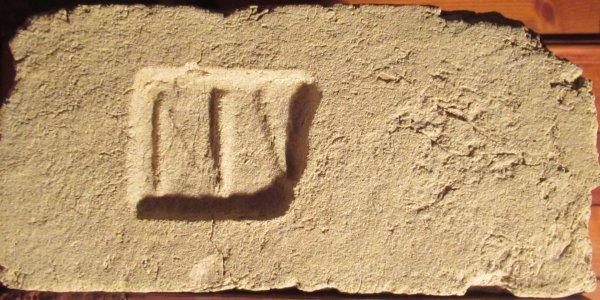 N - místo nálezu Drnholec. Cihelna Tereziánské nadace v Drnholci. Kolek je poškozen, mělo tam být N V D. Rozměr 28x13,5x7,5.