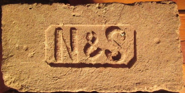 N & S - místo nálezu Hodonice. Rozměr 29x14x6,5.